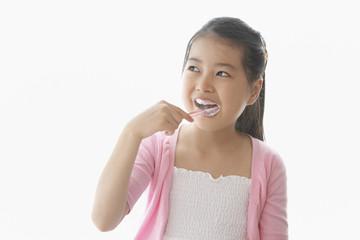 歯をブラッシングする女の子