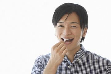 歯間ブラシを使う若い男性