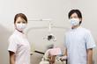 マスクを着けた歯科医師と歯科助手