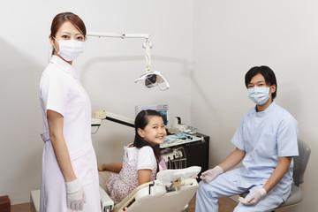 歯科医師と歯科助手と女の子