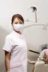 マスクを着けた歯科助手