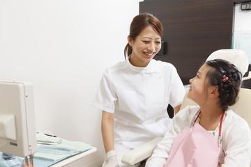 笑顔の歯科医師と女の子
