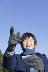 指を差して喜ぶ男子中学生