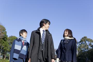 中年男性と並んで歩く学生