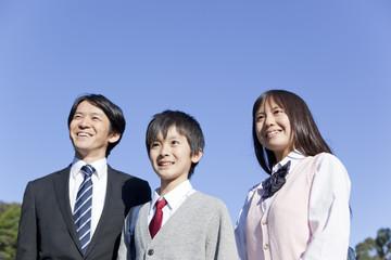 中年男性と並んで立つ学生