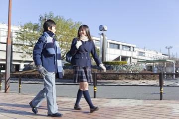 並んで歩く学生男女