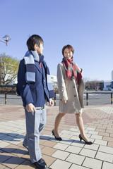 中年女性と並んで歩く男子中学生