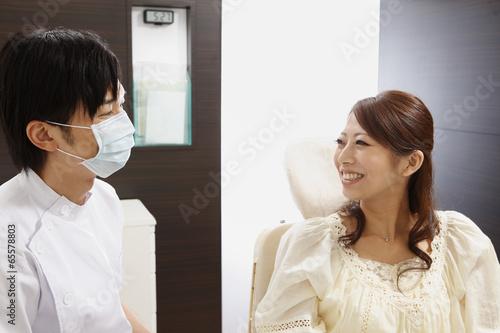 笑顔の若い女性と歯科医師