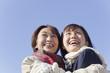 抱き合って喜ぶ中年女性と女子高校生