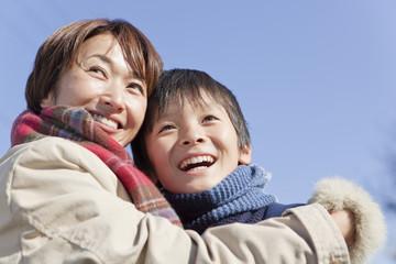 抱き合って喜ぶ中年女性と男子中学生