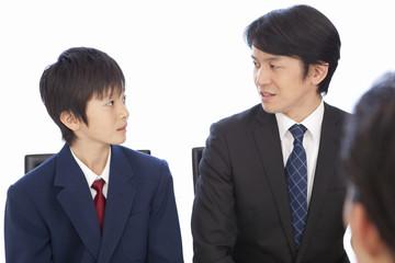 面接で話す男子中学生と中年男性