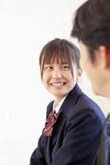 笑顔で横を向く女子高校生