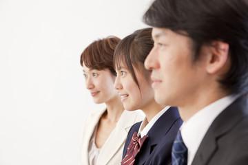 女子高校生と中年男女の横顔