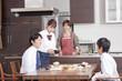 朝食を囲む学生の子供と両親