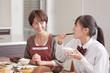 和食を食べる女子高校生と母親