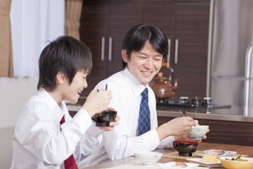 和食を食べる男子中学生と父親