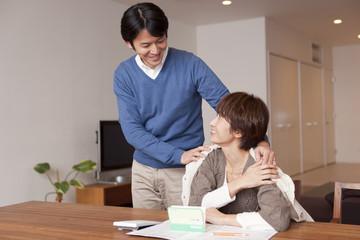 中年女性の肩を抱く中年男性