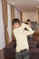 ゲームに熱中する男子中学生と怒る母親