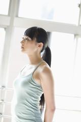 日本人女性の上半身と横顔