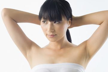 髪を後ろで束ねる日本人女性