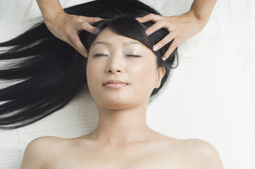 ヘッドマッサージを受ける日本人女性