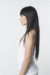 長い黒髪の女性の横顔と上半身