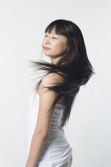 長い黒髪を揺らす日本人女性