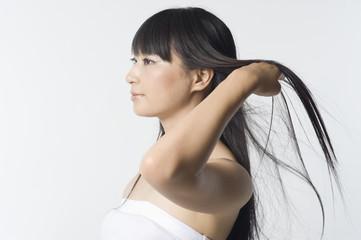 髪をかきあげる日本人女性の横顔