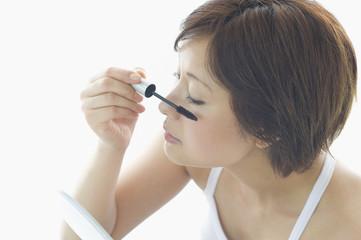 マスカラを塗る日本人女性