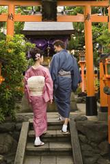 神社の階段を登る和服姿の男女