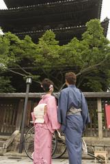 八坂の塔を見上げる和服姿の男女