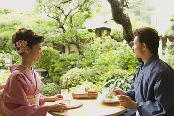 レストランで食事をする和服姿の男女
