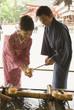 手水で手を清める和服姿の男女