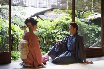 縁側に座る和服姿の男女