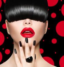 Portret dziewczyny z modelu Fryzura, makijaż Trendy i manicure