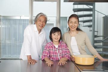 キッチンに立つ祖父母と孫