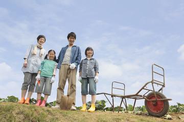 一輪車と親子4人