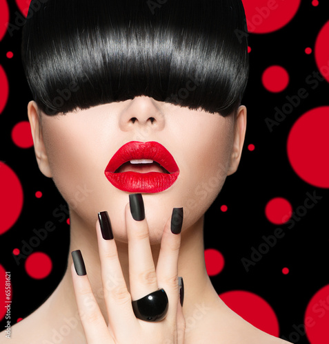 Fototapeta Model Girl Portrait with Trendy Hairstyle, Makeup and Manicure