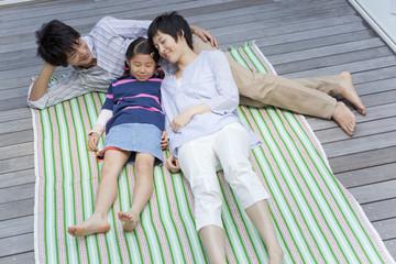 ベランダで寝転ぶ親子3人