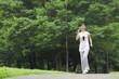 ウォーキングをする中年女性