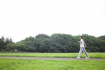ウォーキングをする中年男性