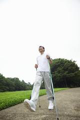 ノルディックウォーキングをする中年男性