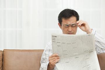 老眼に悩む中年男性