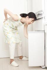 腰痛に悩む中年女性