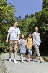 行楽地を歩く家族4人