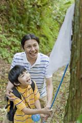 昆虫採集をする父親と息子