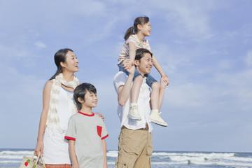 海岸に立つ家族4人