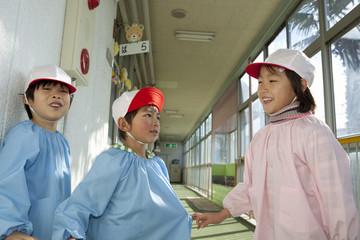 廊下で遊ぶ幼稚園児3人