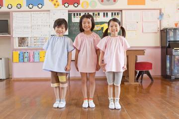 並んで立つ幼稚園児3人