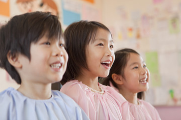 並んで立つ幼稚園児の笑顔